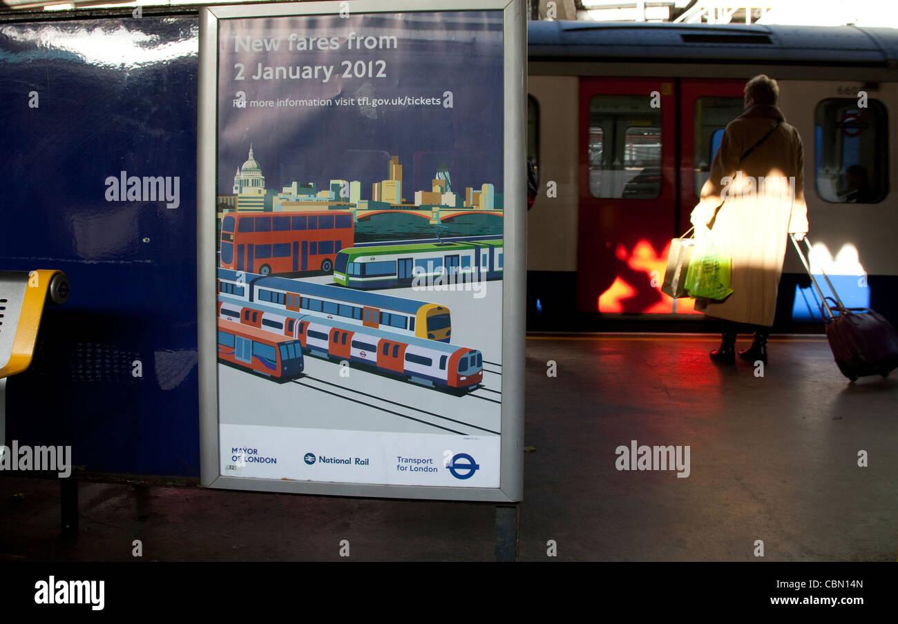 Póster para aumentar las tarifas en los autobuses de Londres y el tubo Imagen De Stock