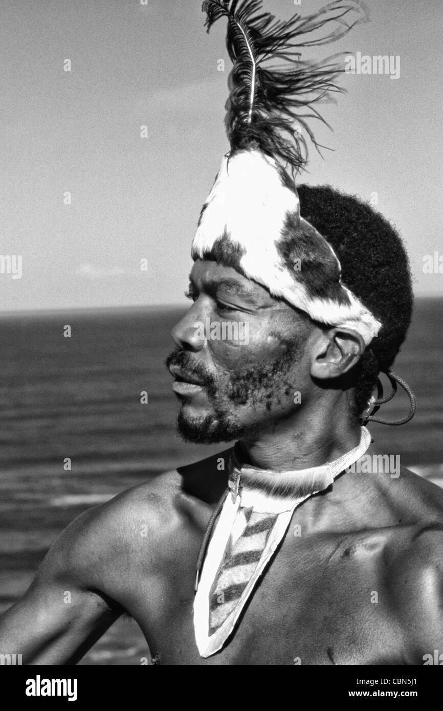 Pondo tribu nativa Guerrero en Sudáfrica en el agua cerca del desierto Foto de stock