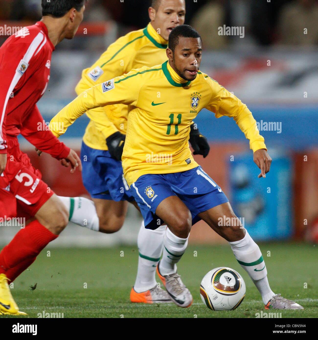 Robinho de Brasil sobre el ataque contra Corea del Norte durante un partido de la Copa Mundial de la FIFA en el Ellis Park Stadium el 15 de junio de 2010. Foto de stock