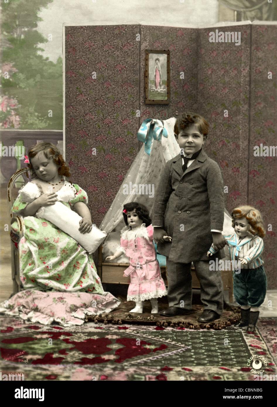 Los niños pequeños la madre y padre de familia de muñeca Imagen De Stock