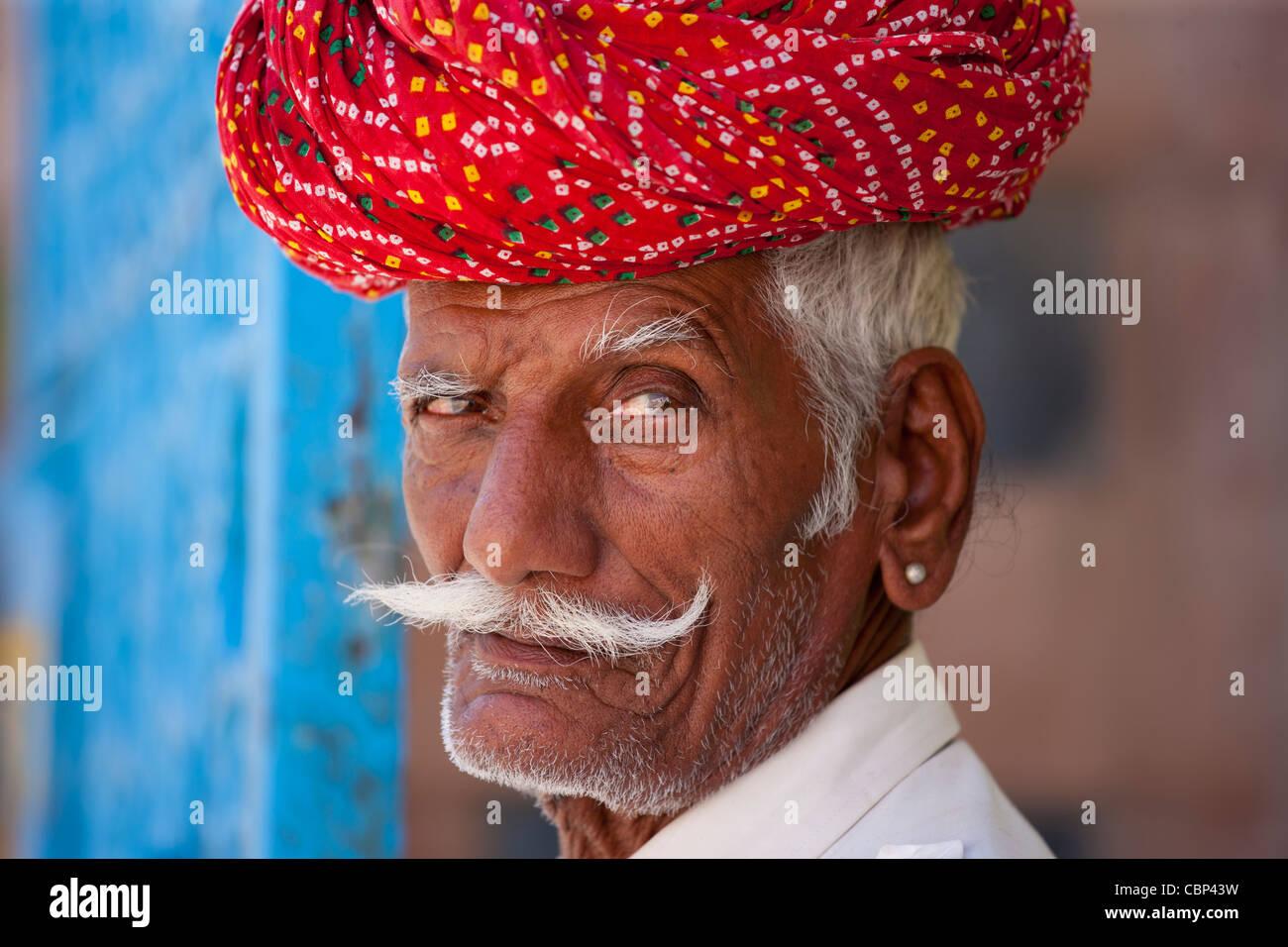 Hombre indio con turbante tradicional Rajasthani en Narlai village en Rajastán, en el norte de la India. Foto de stock