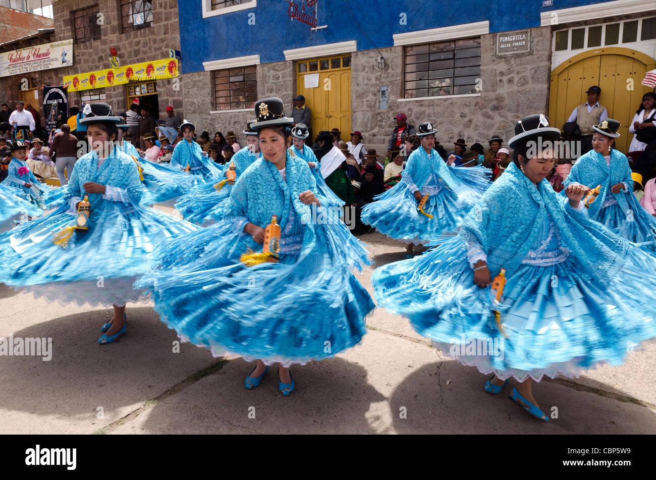 Bailarines tradicionales peruanos en la fiesta de Nuestra Señora del Rosario en Chucuito Puno Peru Imagen De Stock