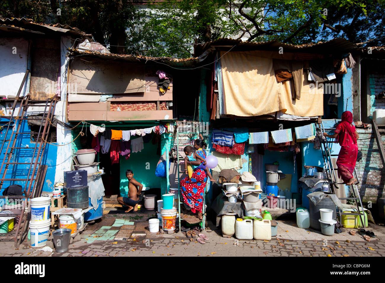 La vivienda y los habitantes de los barrios de tugurios en Mahalaxmi zona de Mumbai, India Imagen De Stock