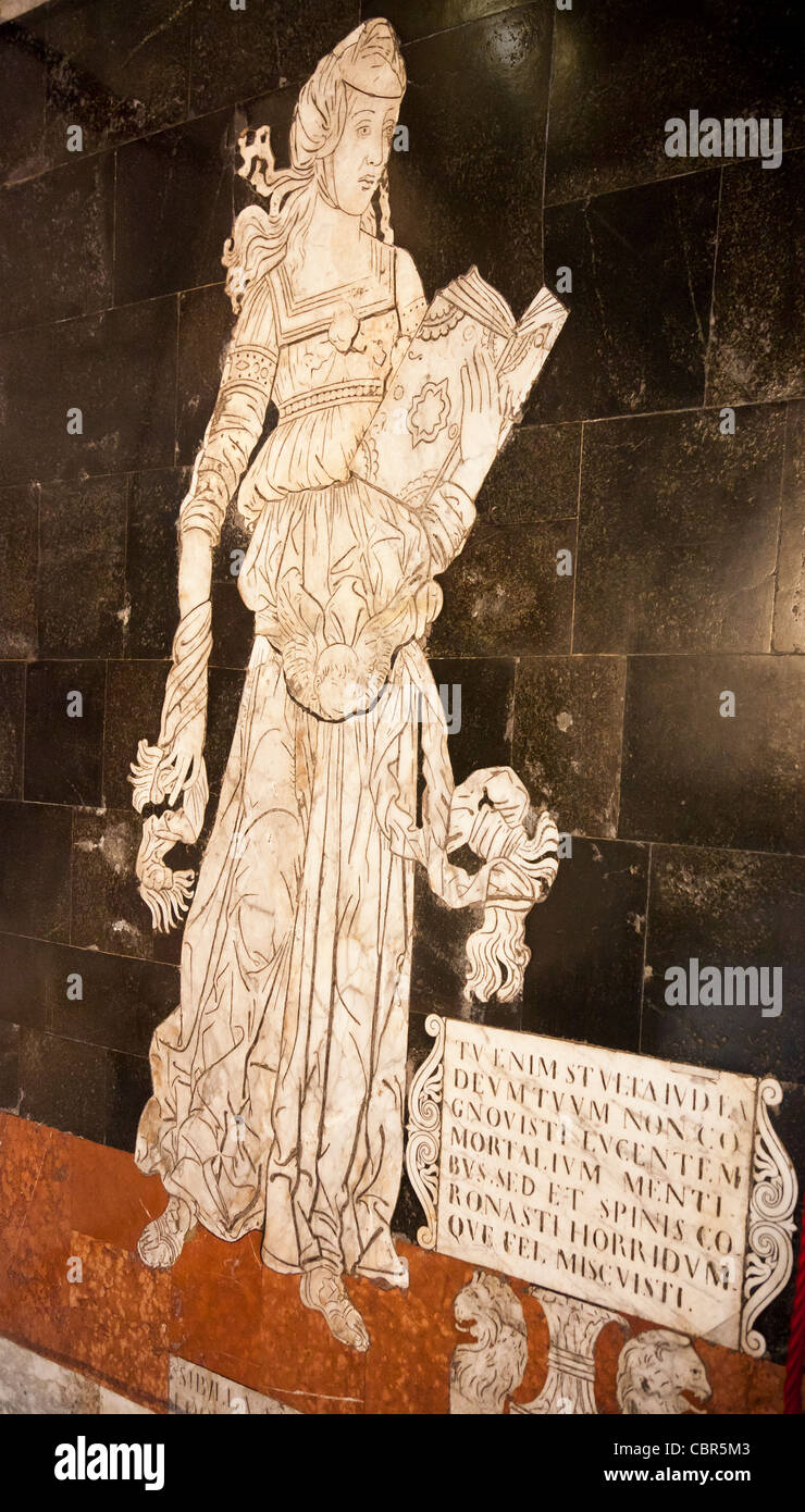 Un panel desde el pavimento de mármol / piso de la catedral de Siena / Duomo, mostrando la Sibila Samia por Imagen De Stock