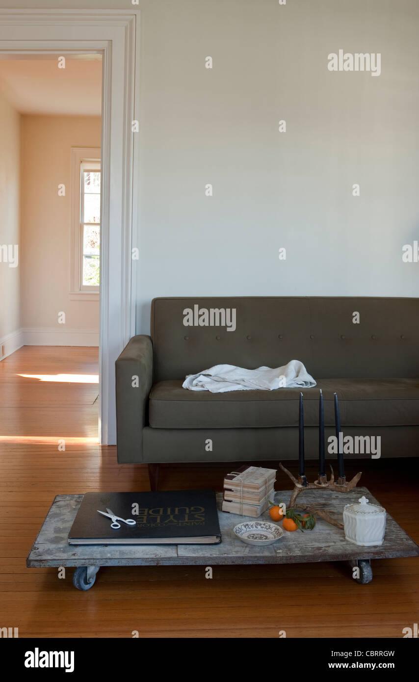 Sala de estar con mesa de café baja. Imagen De Stock