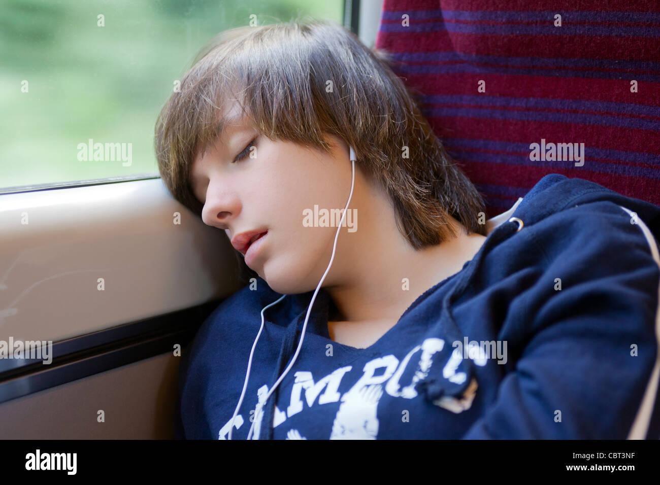Una adolescente es uno de los pasajeros de un tren. Imagen De Stock