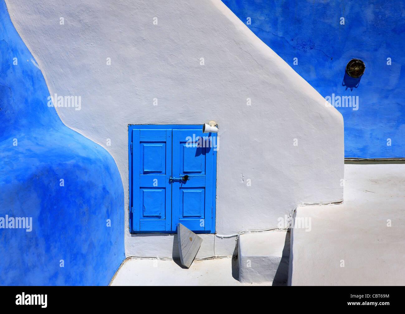 Hermosa y tradicional, la mínima, la arquitectura de la ciudad de Oia, isla de Santorini, Grecia Imagen De Stock