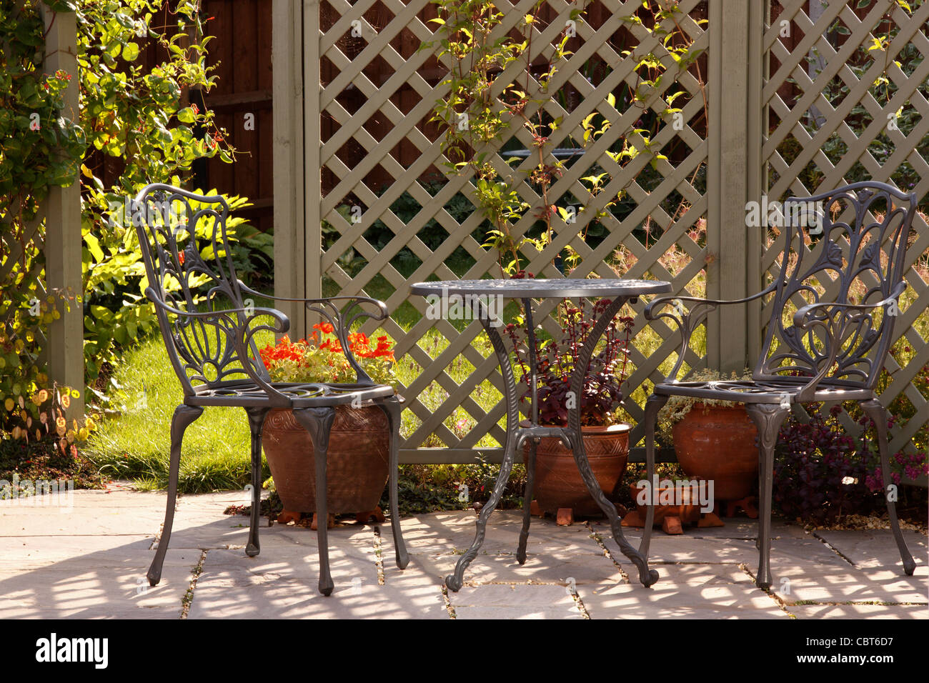 Soleado patio jardín con enrejado y muebles de jardín de aluminio ...