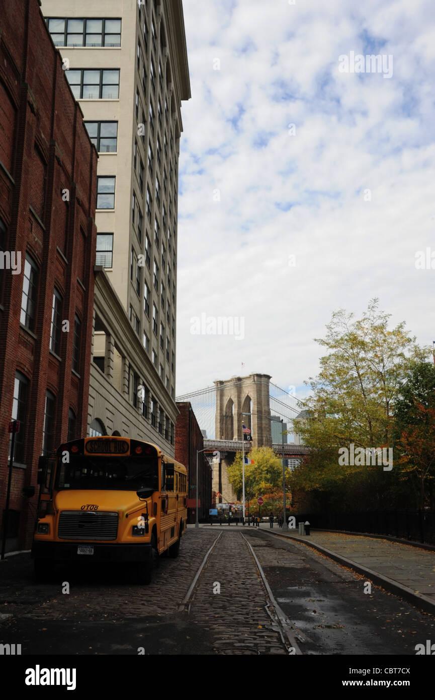 Las nubes blancas blue sky otoño los árboles retrato autobús escolar  amarillo estacionado Plymouth Imagen De c2a008d71cf