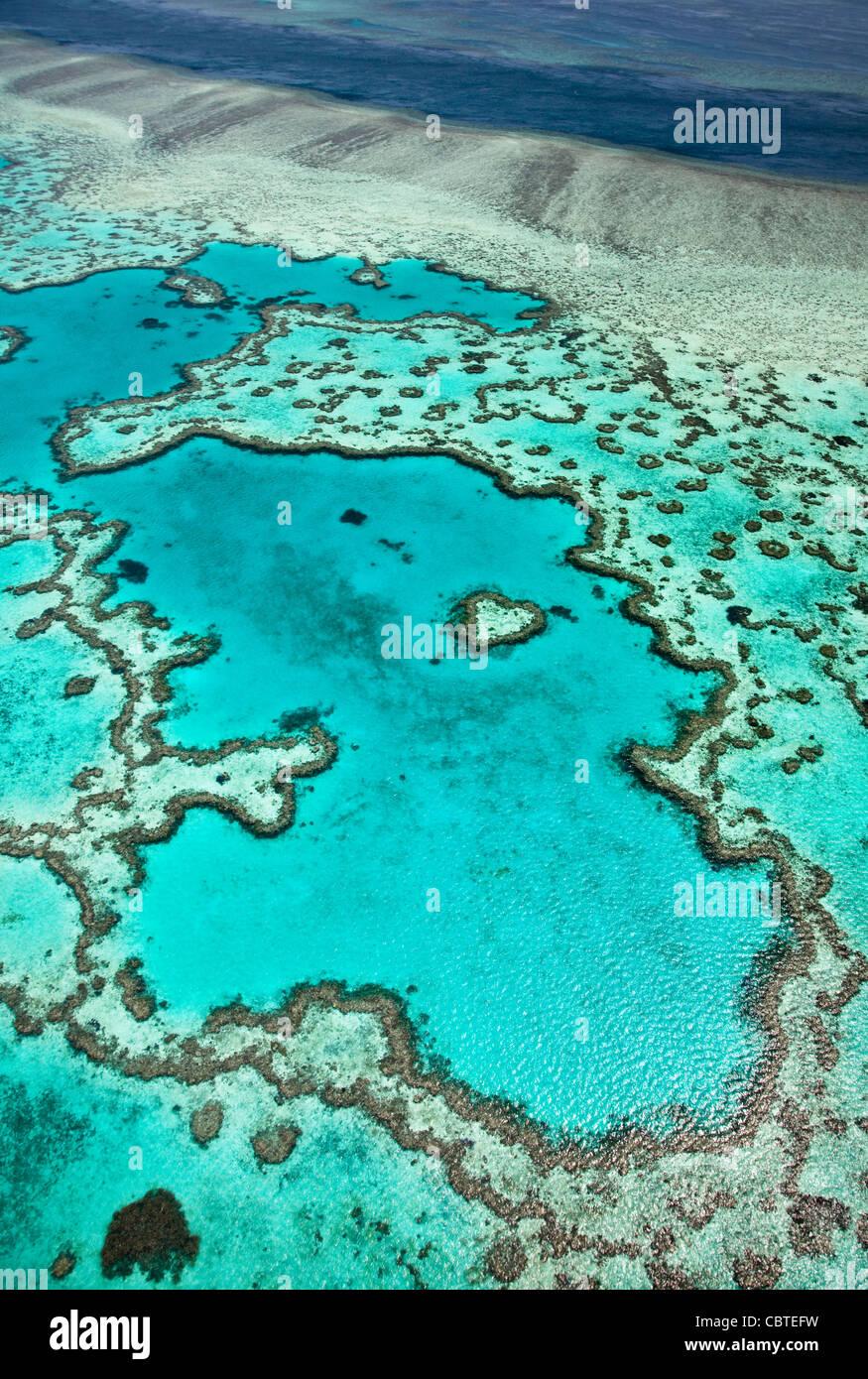Hermosas vistas aéreas de corazón en el espectacular arrecife de la Gran Barrera de Coral, cerca de las Imagen De Stock