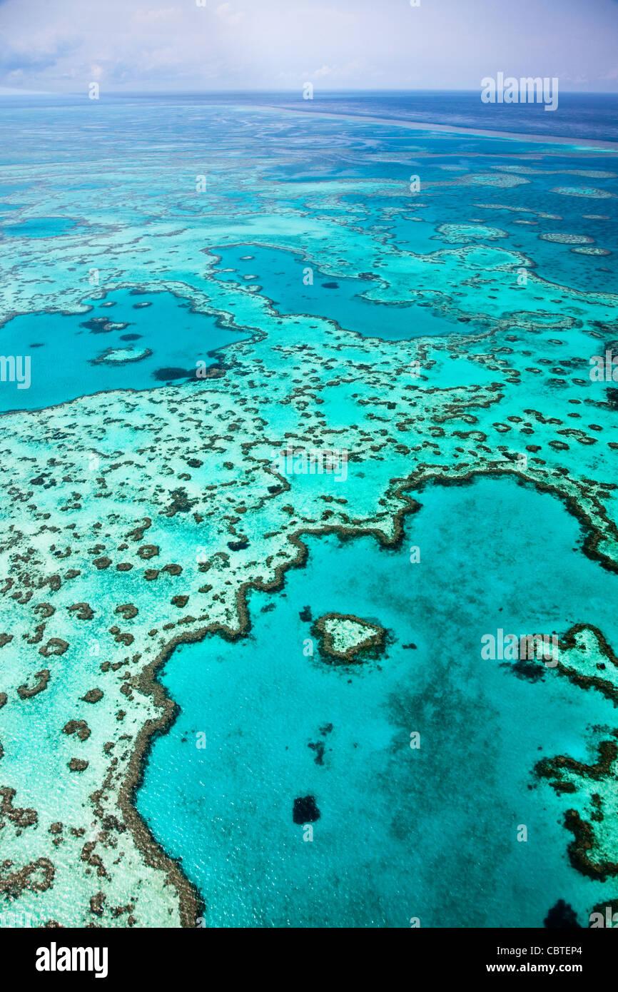 Hermosas vistas aéreas de corazón en el espectacular arrecife de la Gran Barrera de Coral, cerca de las islas Whitsunday Foto de stock