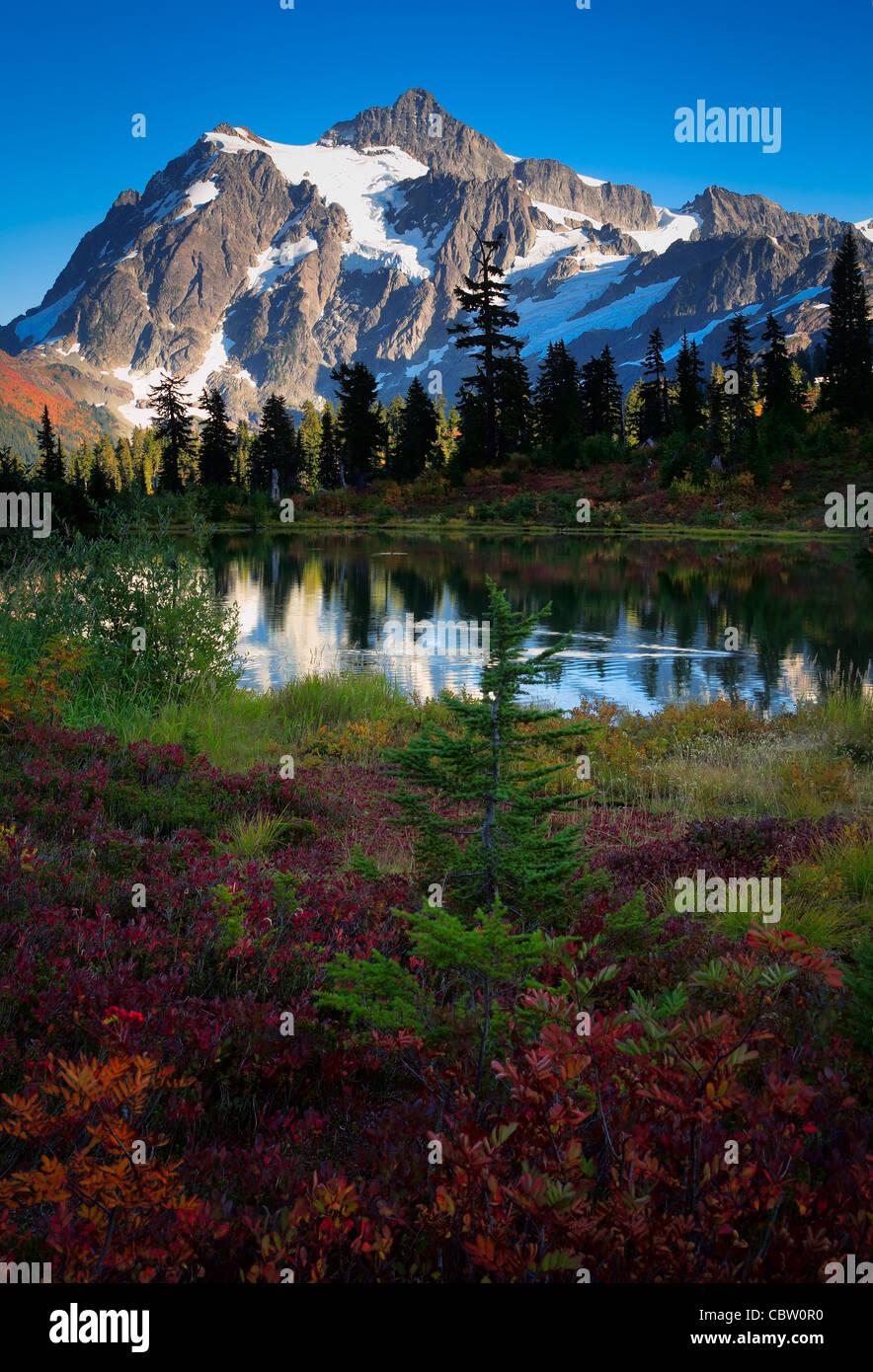 Mount Shuksan en el estado de Washington's North Cascades National Park reflejando en el lago de imagen Imagen De Stock