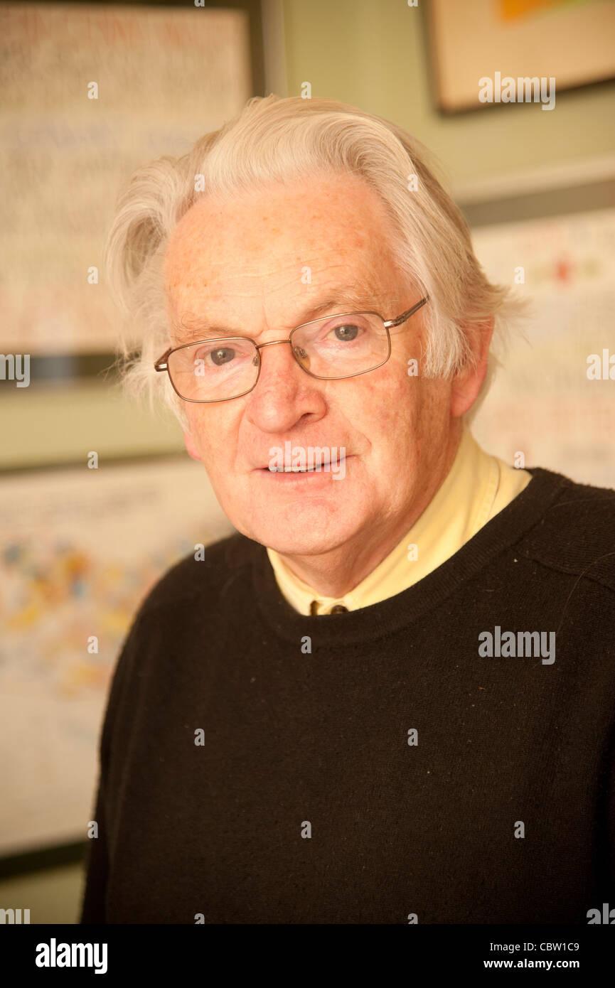 Autor escritor galés dibujante y calígrafo TEGWYN JONES Foto de stock