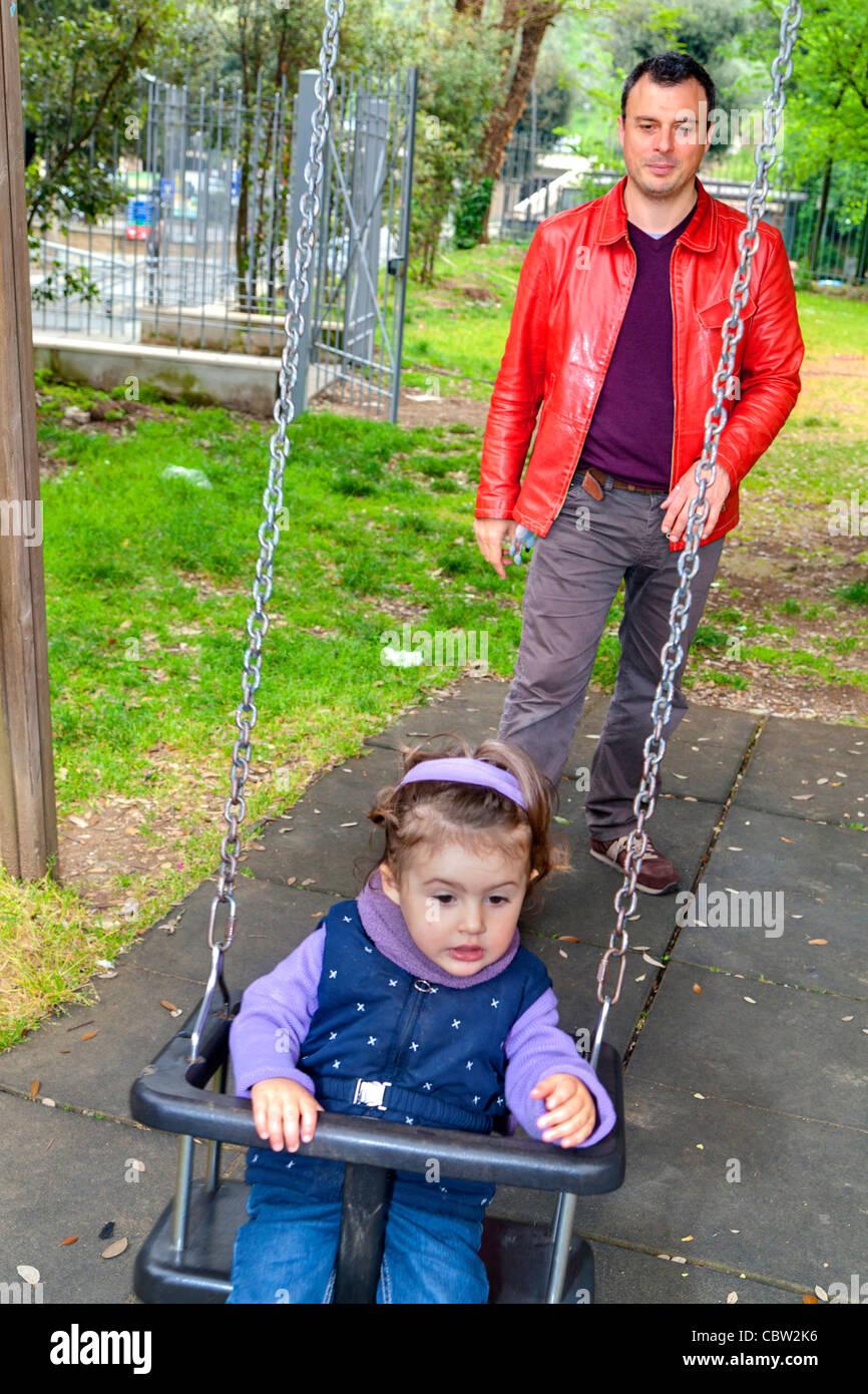 Padre hija empujando en un columpio Imagen De Stock