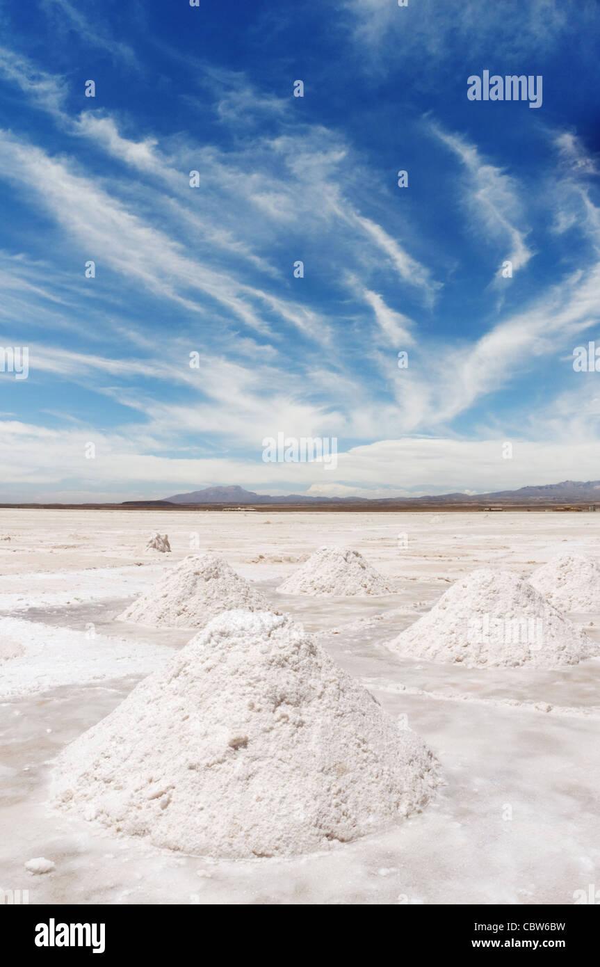 Los montones de sal, cavado en el Salar de Uyuni Bolivia Imagen De Stock