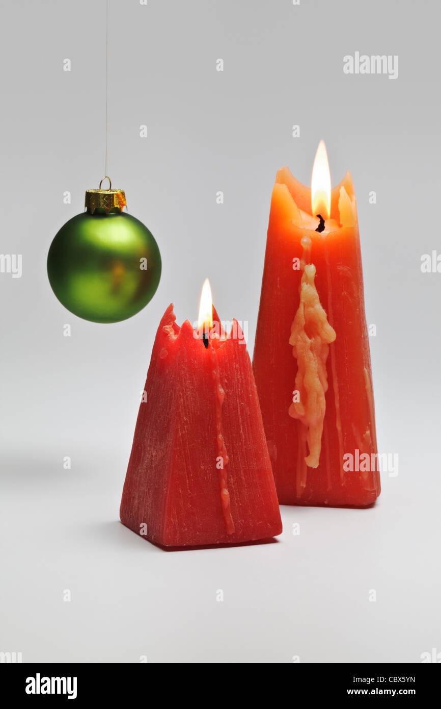 Dos quemando velas rojas Imagen De Stock