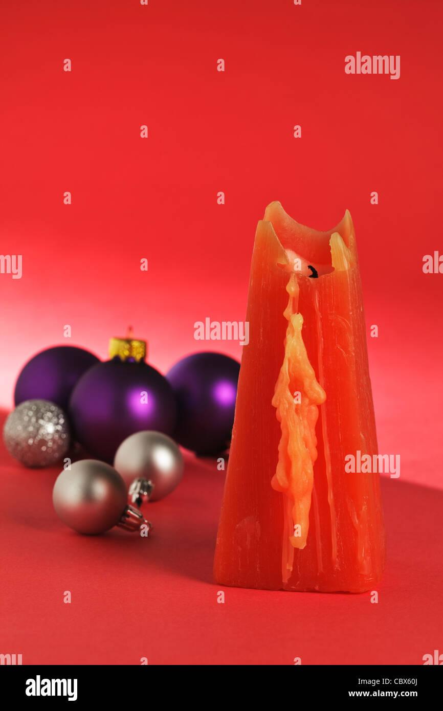 Una vela roja con bolas de Navidad Imagen De Stock