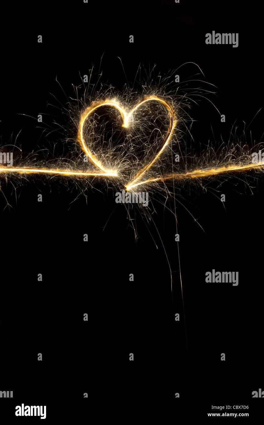 Con forma de corazón hecho con bengala en la noche. Foto de stock