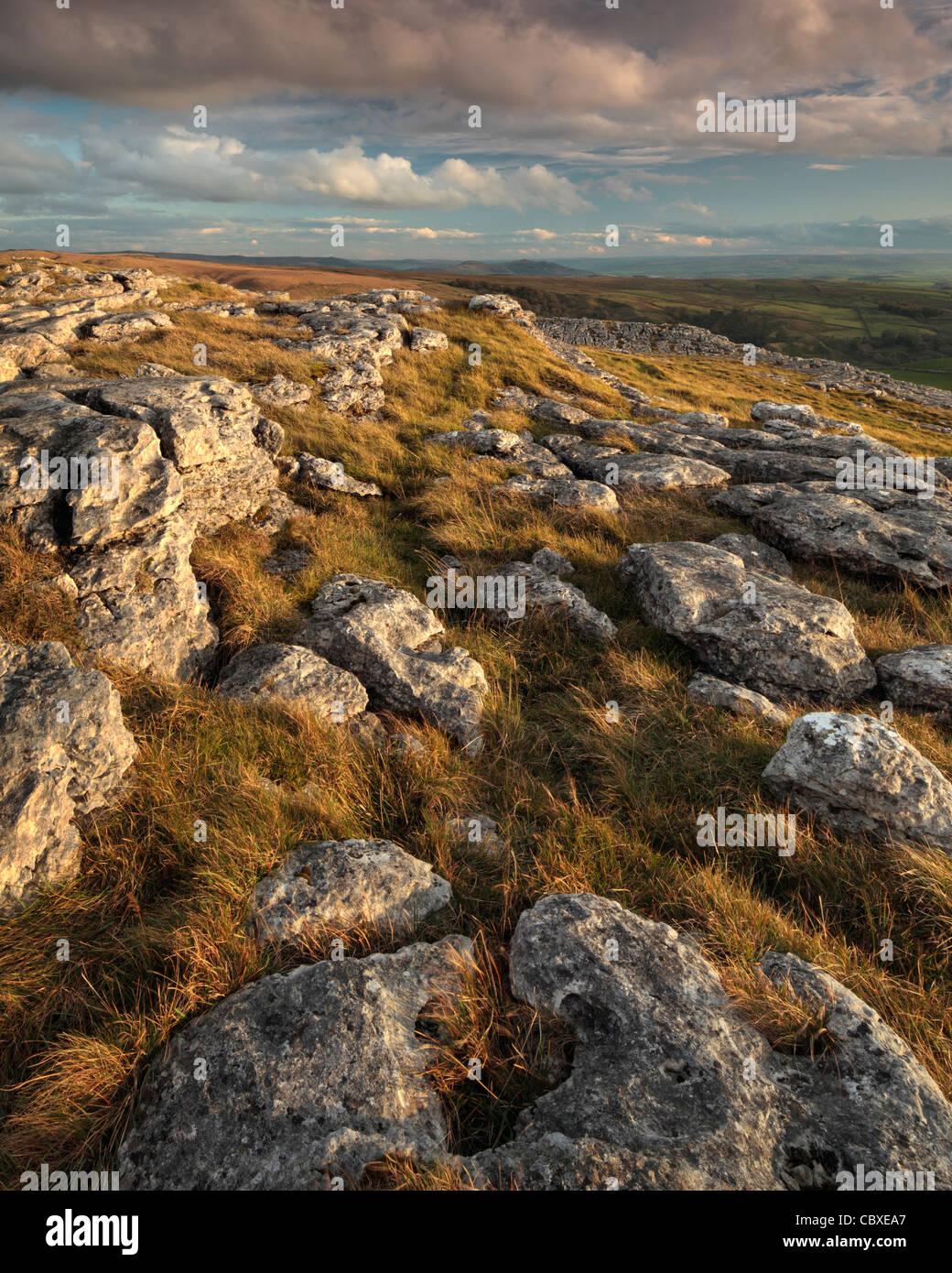 Luz del atardecer en la bella y agreste paisaje de Malhamdale, Yorkshire, Inglaterra Imagen De Stock