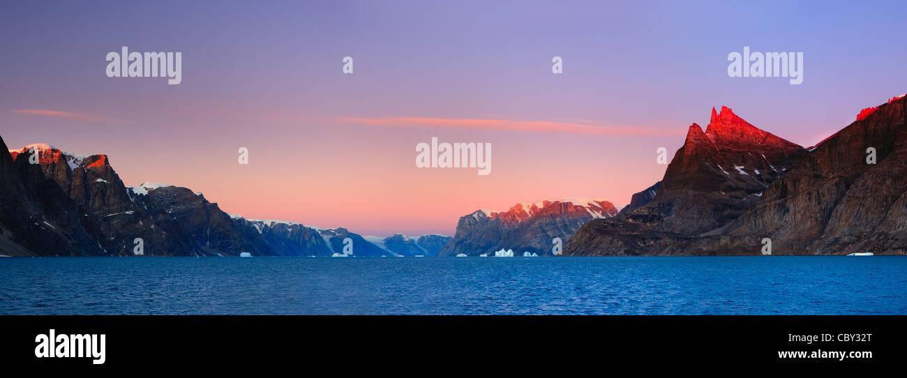 Amanecer en el Øfjord, Scoresbysund, Groenlandia Foto de stock