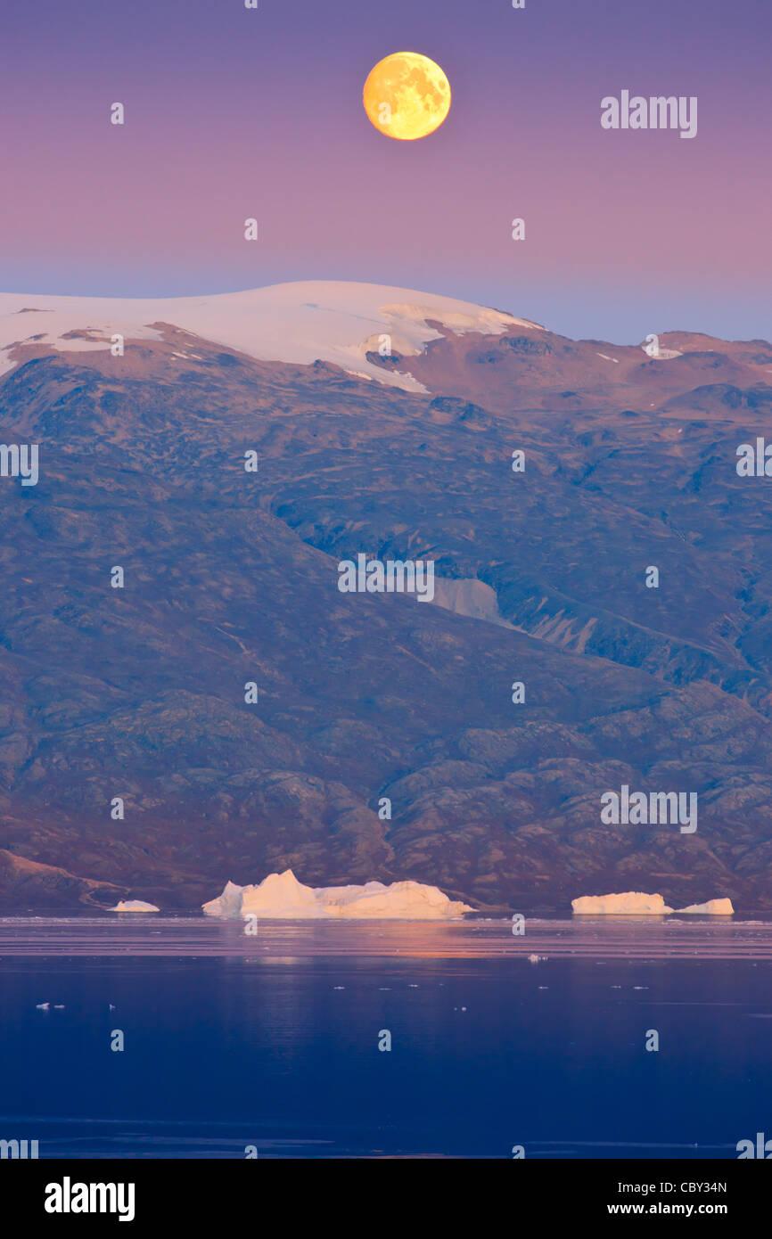 Luna en el fiordo, Scoresbysund Rode, Groenlandia Foto de stock