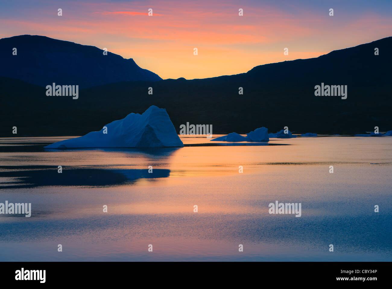 Amanecer en el fiordo, Scoresbysund Rode, Groenlandia Foto de stock