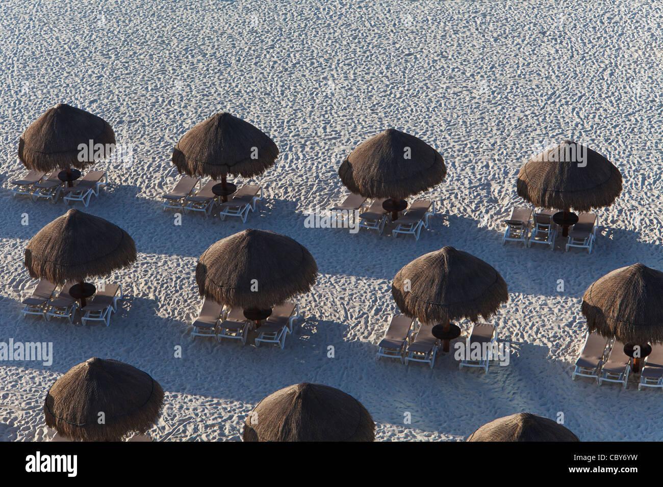 Resumen de las sombrillas y las tumbonas en Cancún México Imagen De Stock
