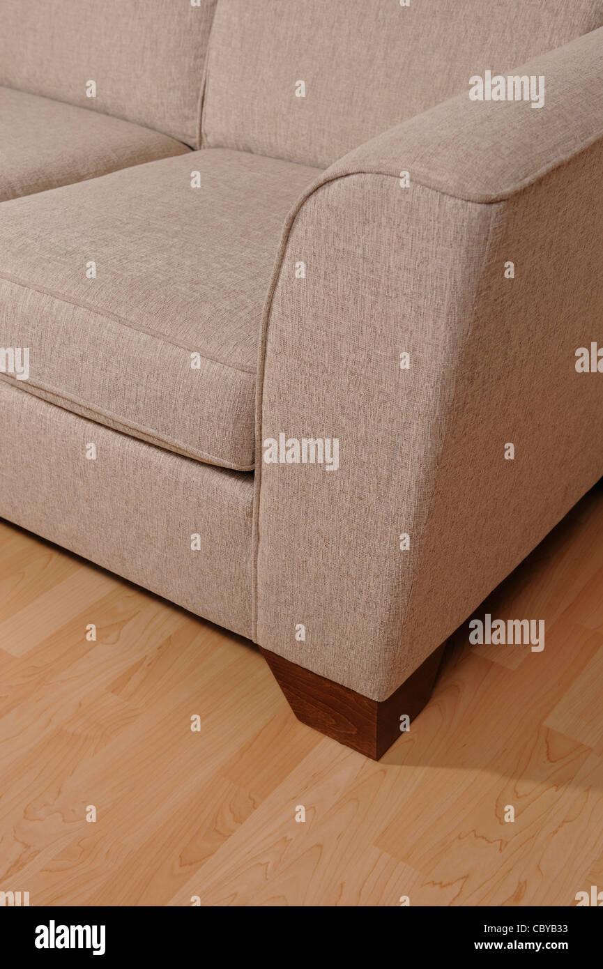 Sofá en un piso de madera Imagen De Stock