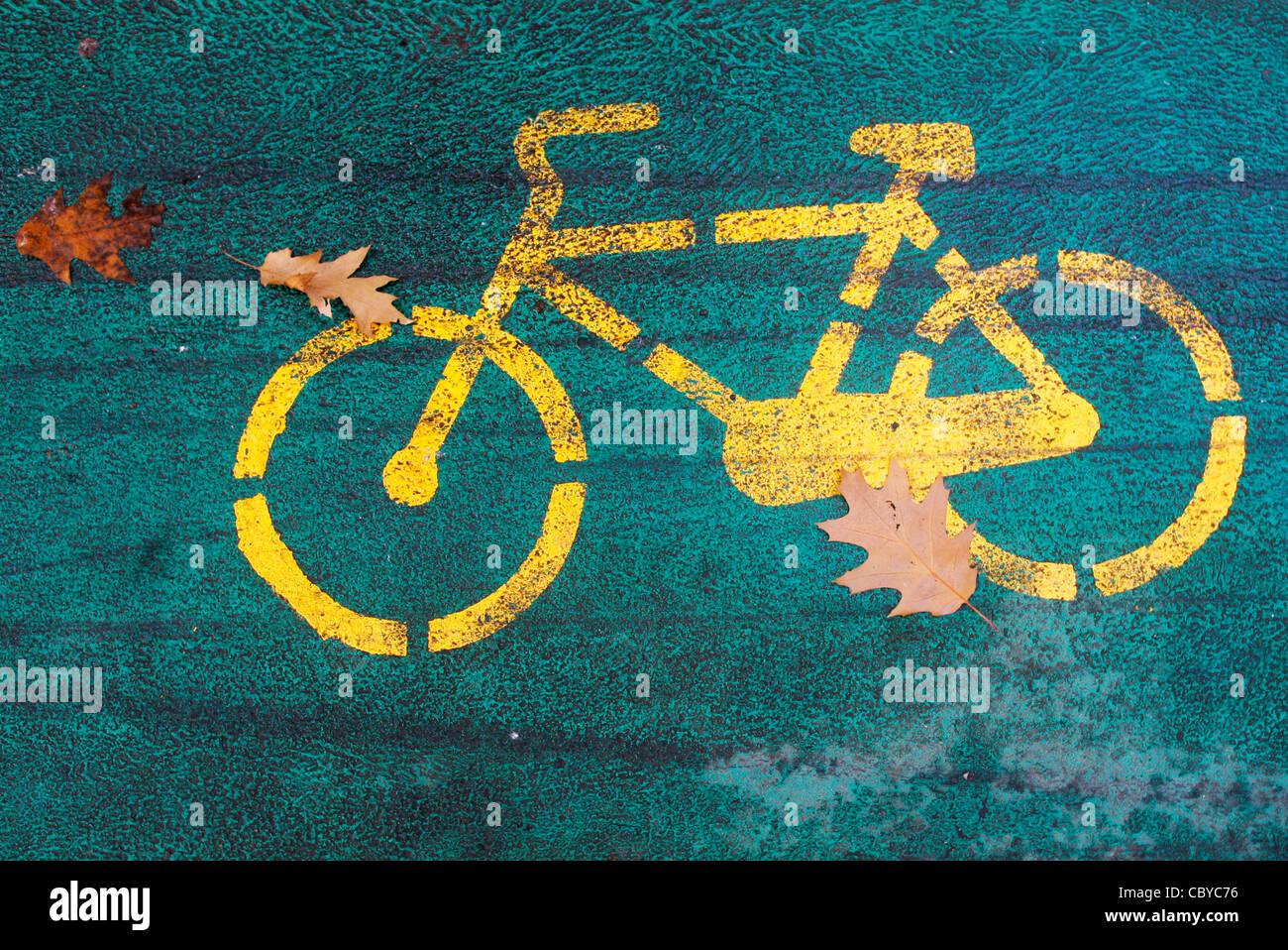 Detalle de un carril bici en un parque con hojas de otoño Imagen De Stock