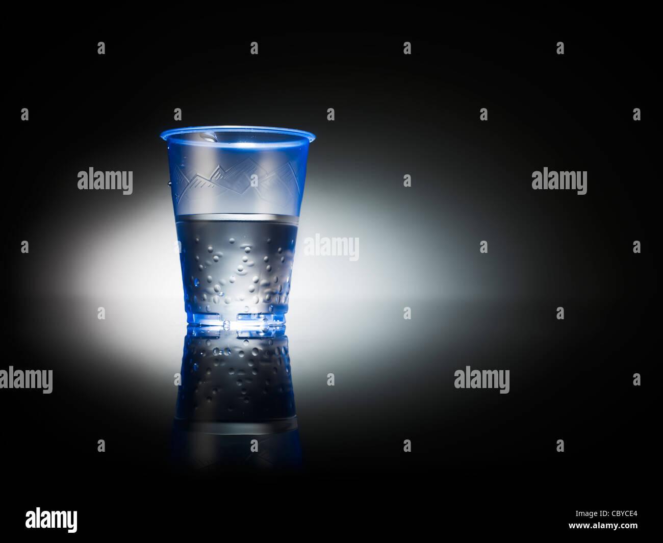 El agua en una taza de oficina de plástico Imagen De Stock