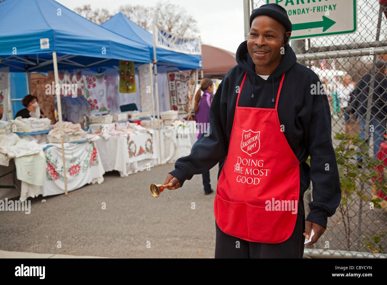 """Washington, DC - Un """"timbre de campana' para el Ejército de Salvación solicita donaciones para la caridad religiosa fuera un mercadillo. Foto de stock"""