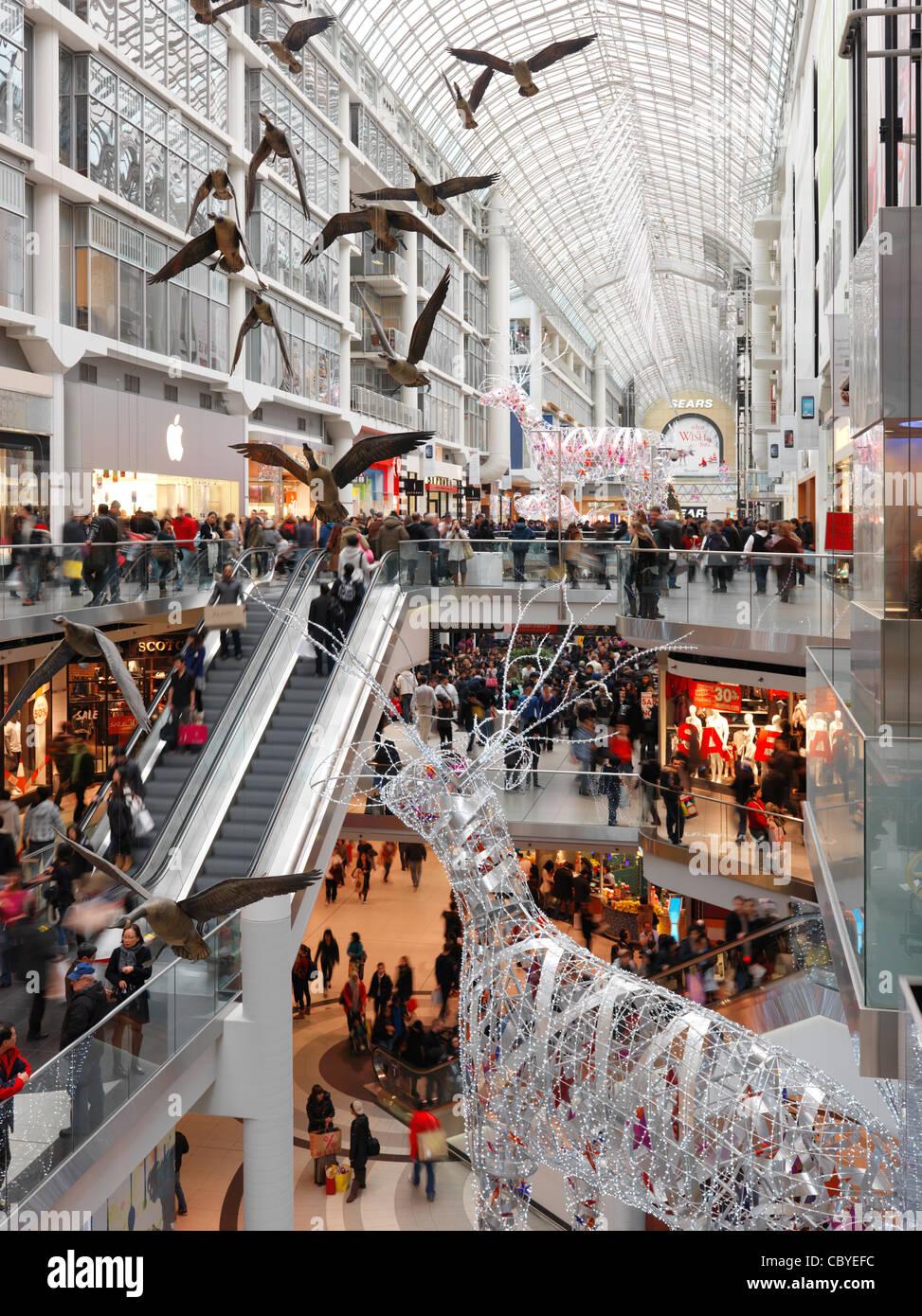 Toronto Eaton Centre shopping mall lleno de gente en el Boxing Day en 2011. Toronto, Ontario, Canadá. Imagen De Stock