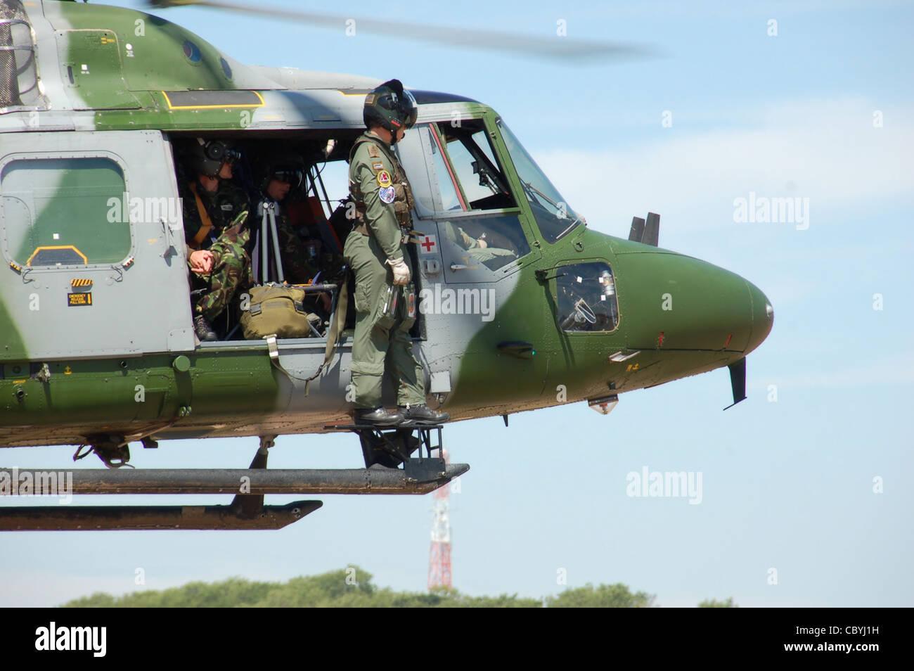 British Army Air Corps Westland WG-13 Lynx AH.7 (código ZD284) se sitúa los taxis de la pista Imagen De Stock