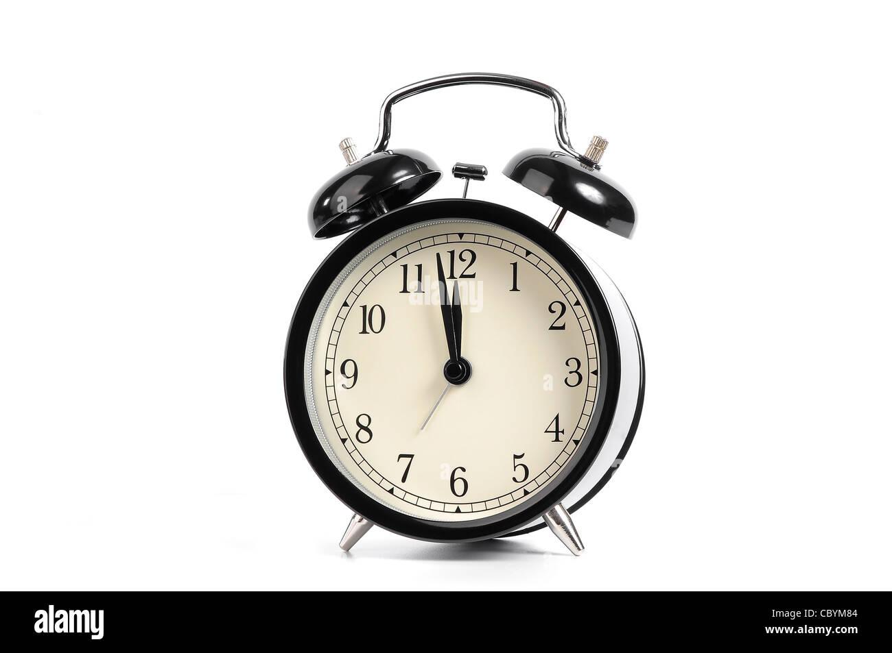 Antiguo reloj despertador negro aislado sobre un fondo blanco. Imagen De Stock