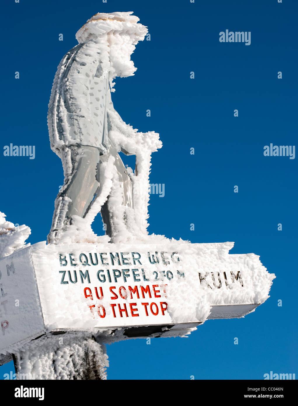 Poste de letrero congelado cubierto de nieve, Mt Rigi, Suiza Foto de stock