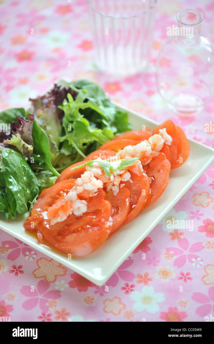 Ensalada de tomate y langostinos Foto de stock