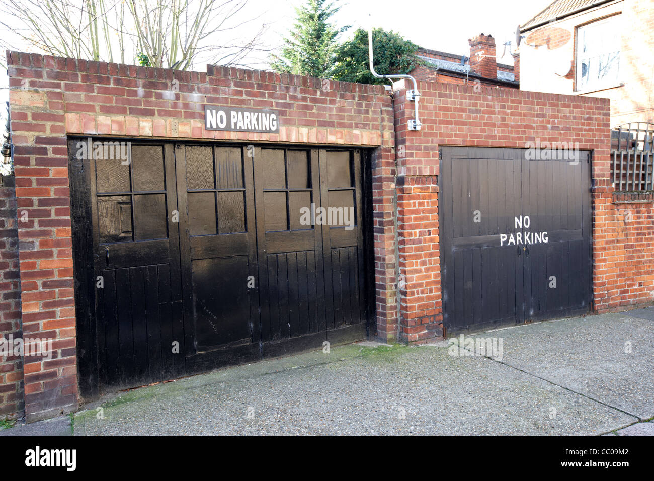 Garajes dobles antiguas sin señales de aparcamiento en la calle en el norte de Londres England Reino Unido Reino Foto de stock
