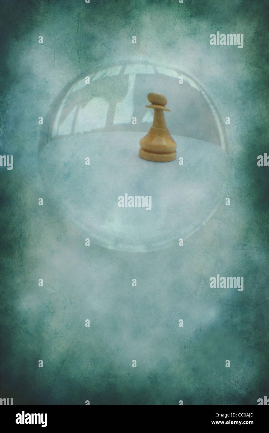 Pieza de peón de ajedrez a través de una bola de cristal Imagen De Stock