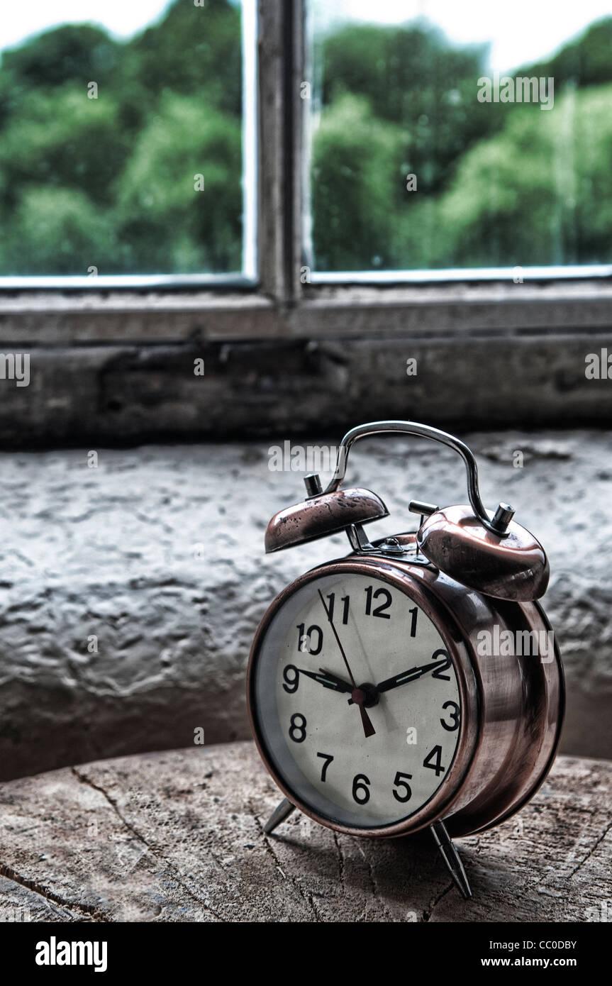 Metal Vintage despertador por la ventana Imagen De Stock