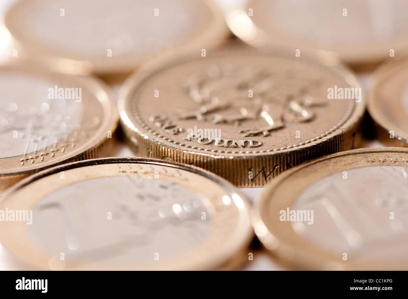 Euros y Libras británicas uno junto a otro en la superficie blanca Foto de stock