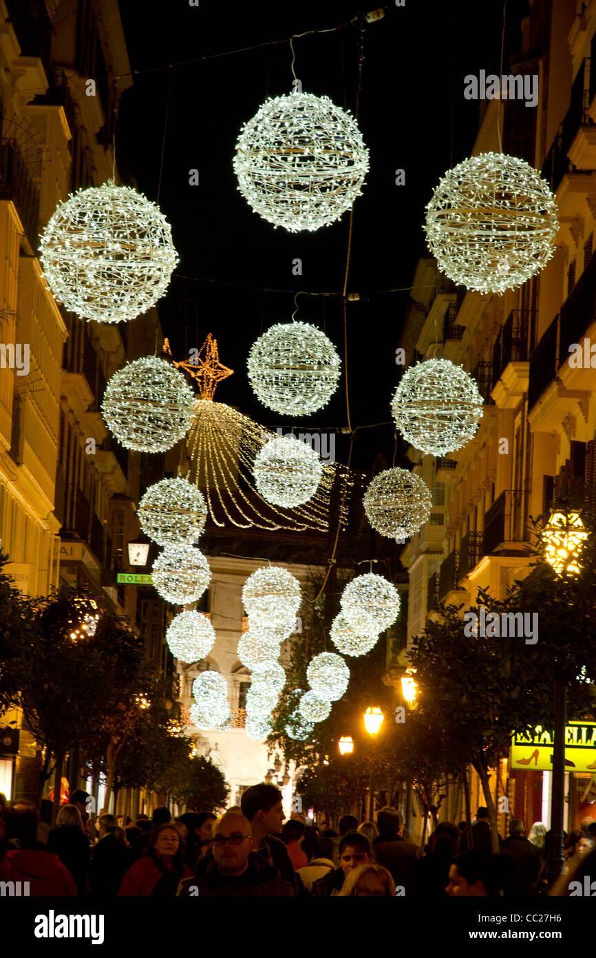 Adornos de Navidad bolas luminosas luces colgando en calle Palma de Mallorca España Europa Imagen De Stock