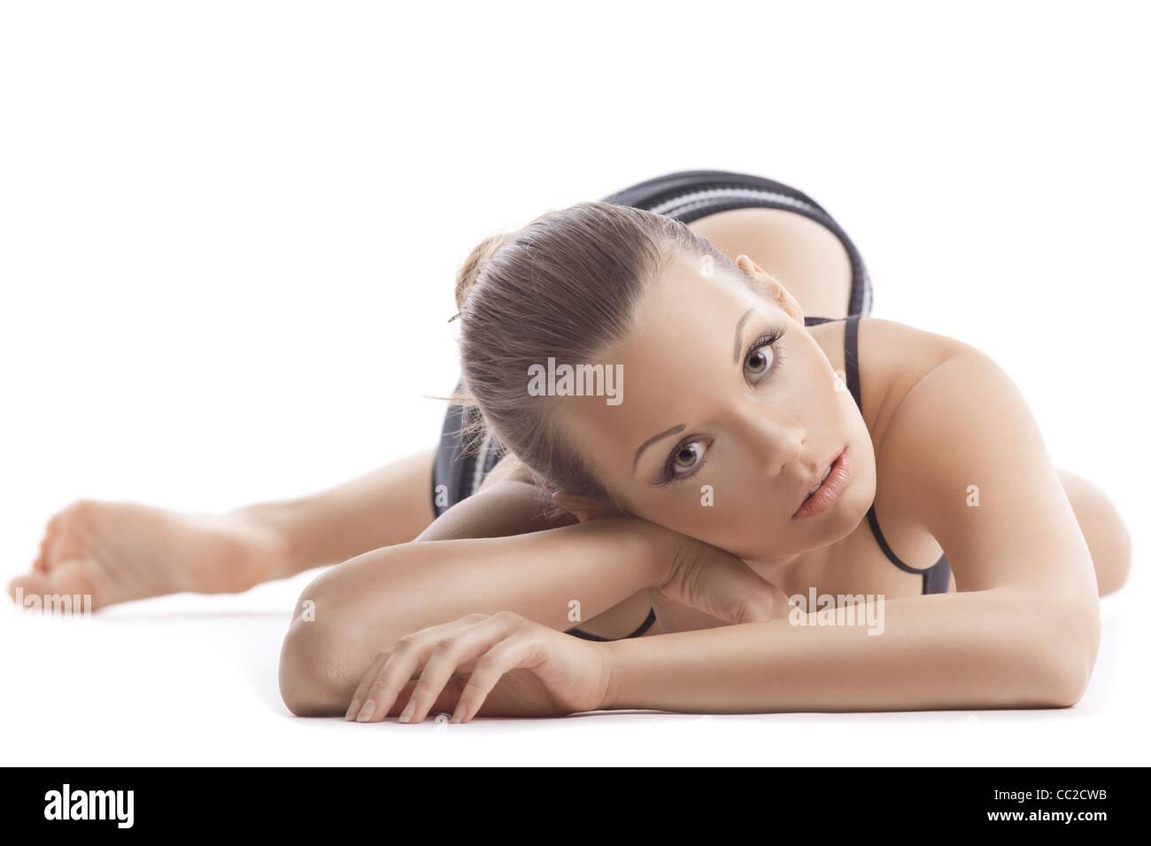 Mujer joven portait relajarse después de un programa de acondicionamiento físico en negro sobre fondo Imagen De Stock