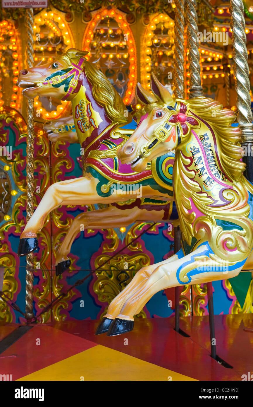 Paseos a caballo en un carrusel de estilo tradicional victoriano Imagen De Stock