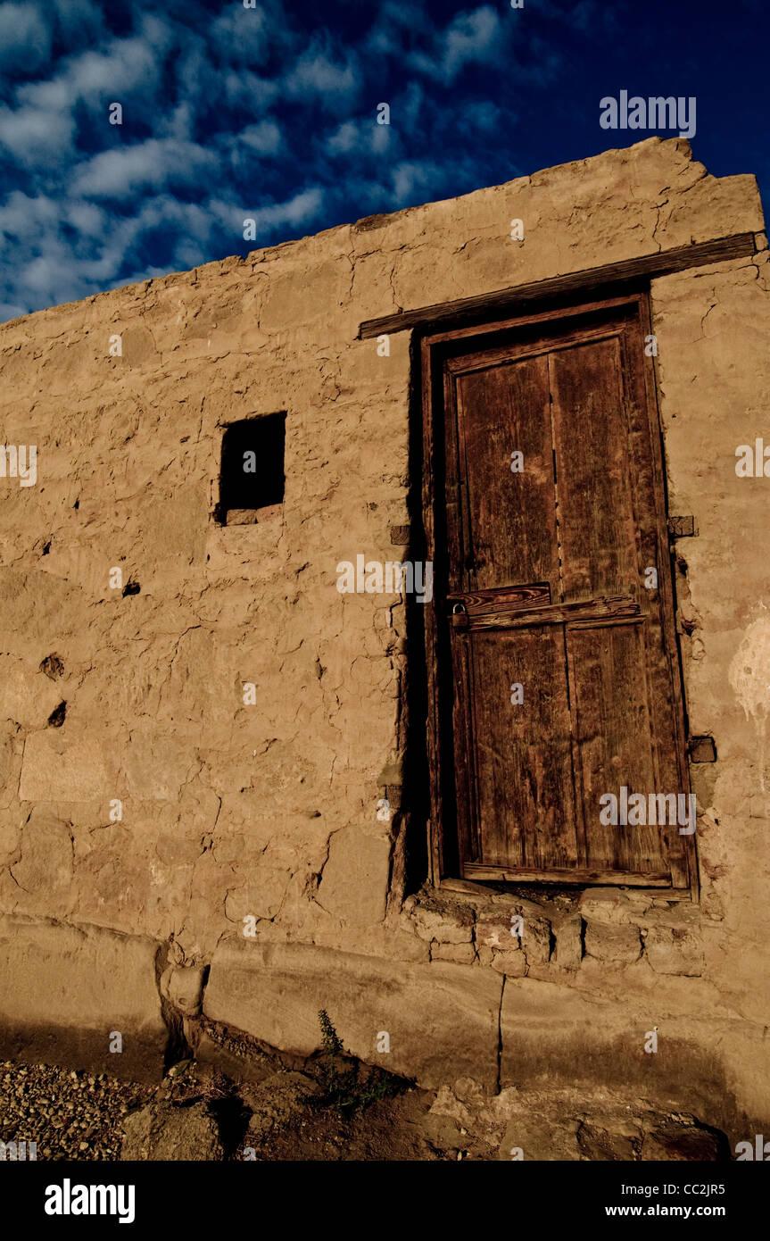 Puerta de madera marrón con cielo azul y nubes, Karnak, Egipto Imagen De Stock