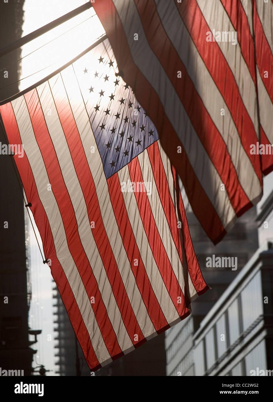 Ee.Uu., la ciudad de Nueva York, banderas americanas retroiluminado Imagen De Stock