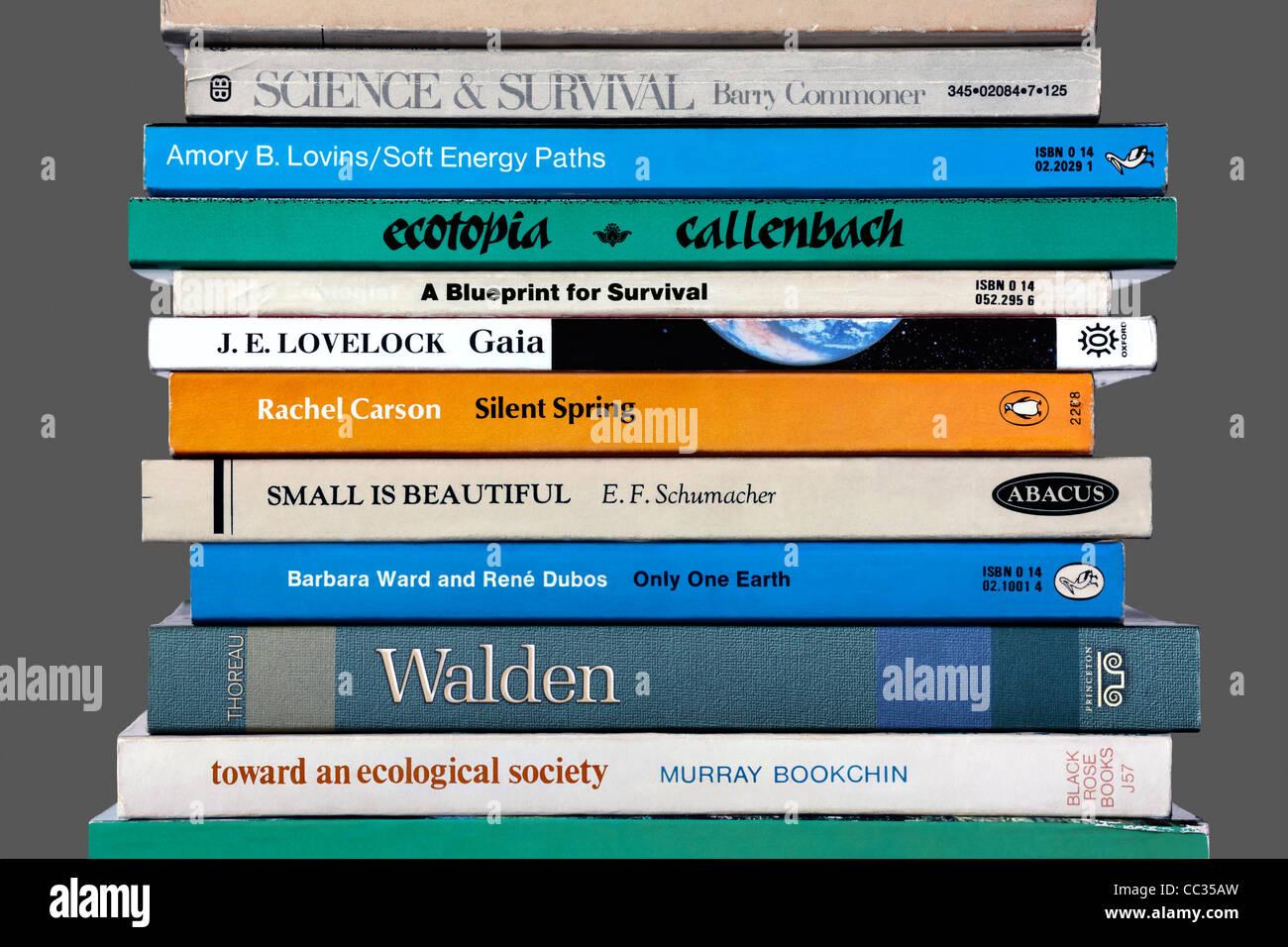 Una selección de libros sobre temas ambientales, incluyendo algunos títulos históricos que han influenciado el movimiento Foto de stock