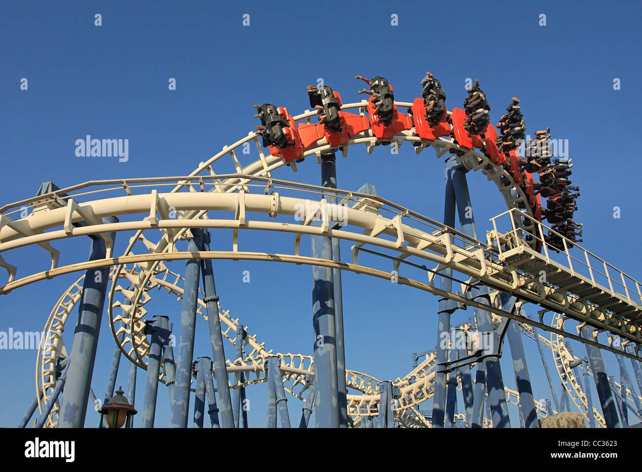 Roller Coaster bucle en el Luna Park, en Tel Aviv. Imagen De Stock