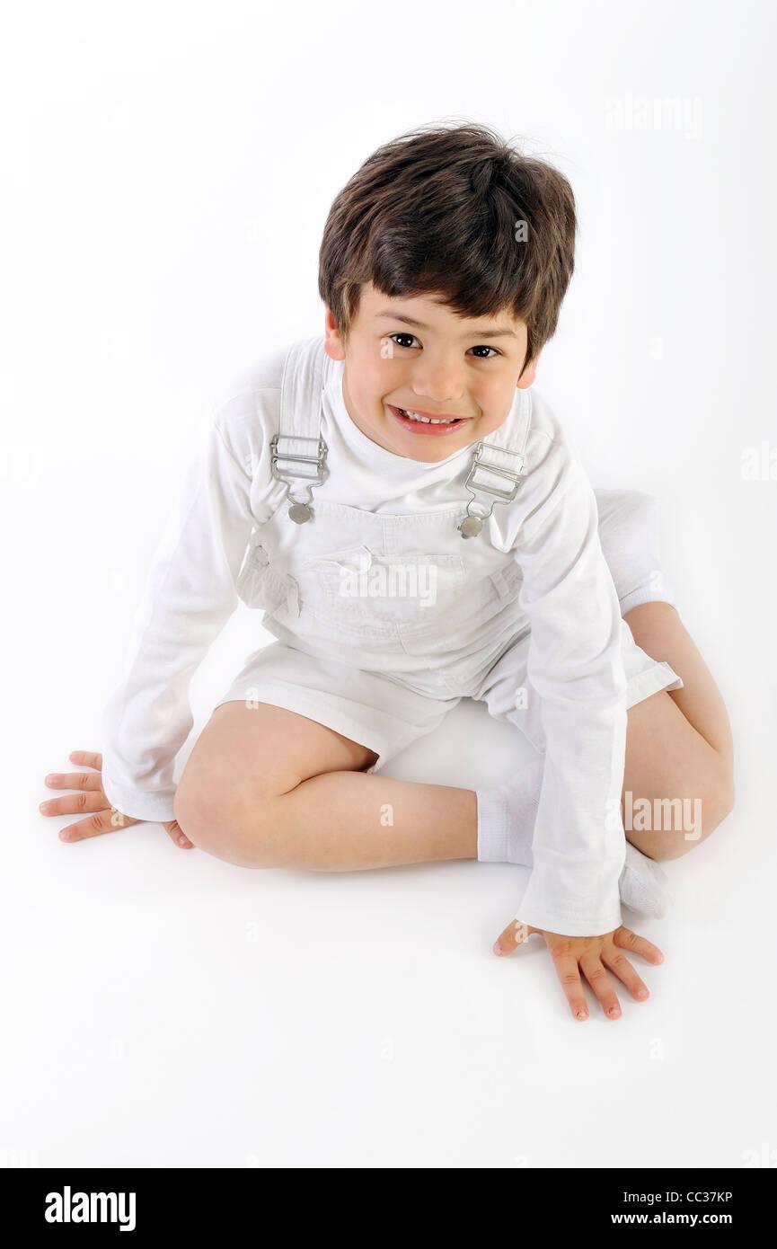 Niño sonriente sobre un fondo blanco. Imagen De Stock
