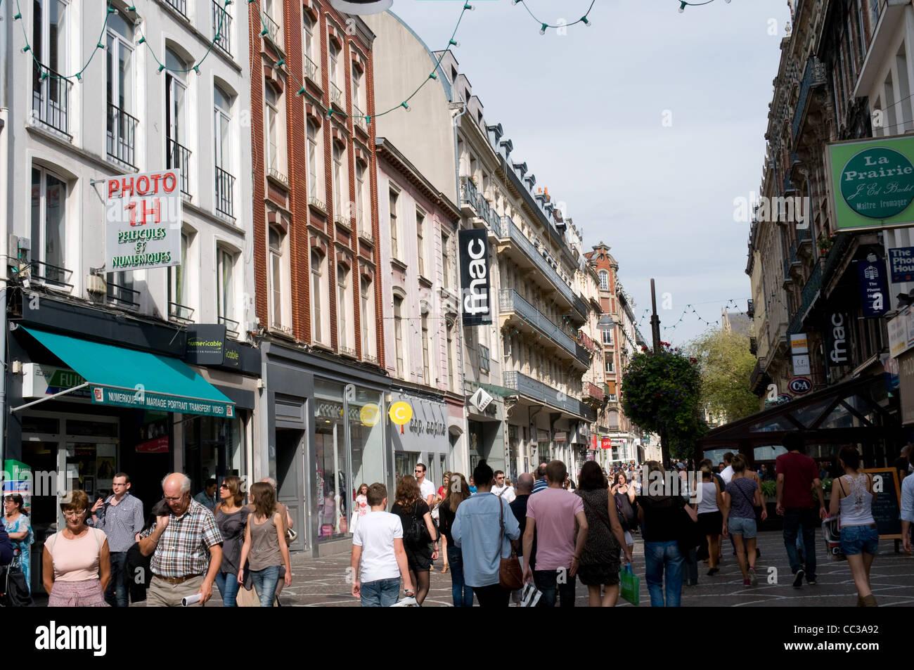 Los compradores pasear a lo largo de la Rue St Nicolas de Lille, Francia Imagen De Stock
