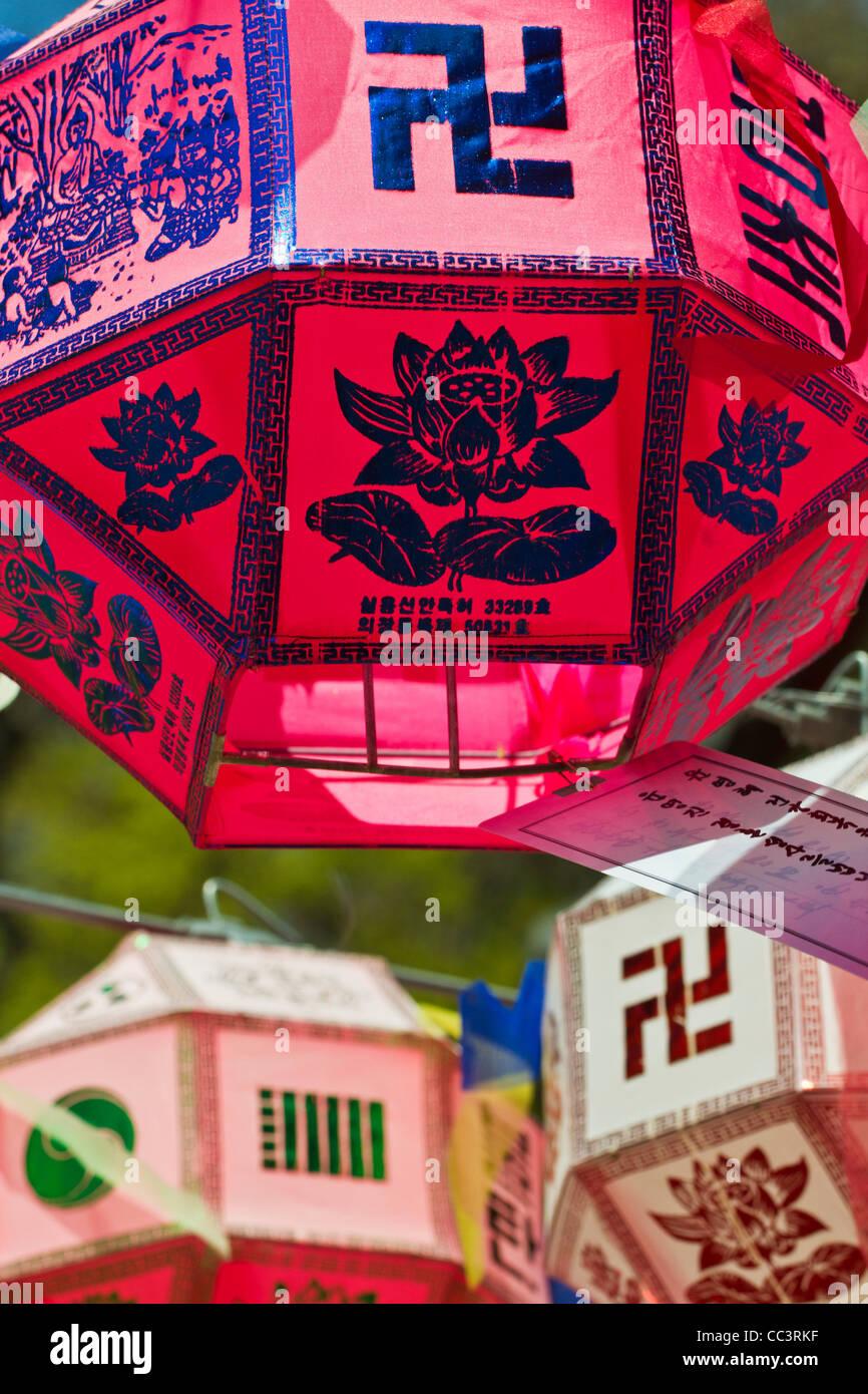 Corea, Gyeongsangnam-do, Busan, templo Beomeo-Sa, linternas para celebrar el cumpleaños de Bhuddda Imagen De Stock